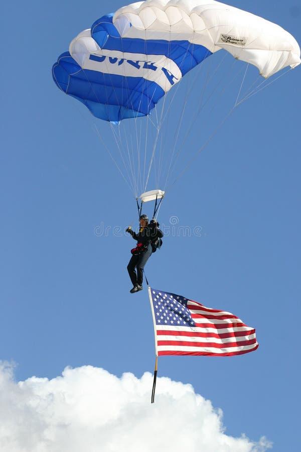 Fallschirm und Markierungsfahne stockbild