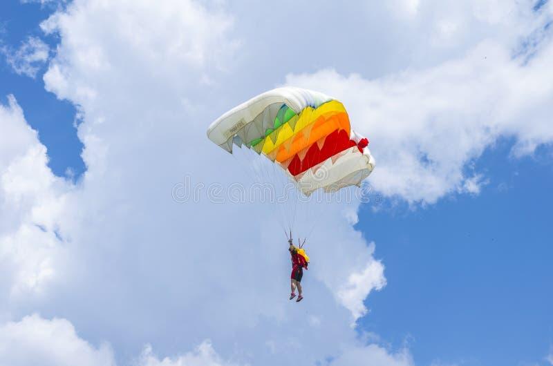 Fallschirmpullover im Flug stockbild