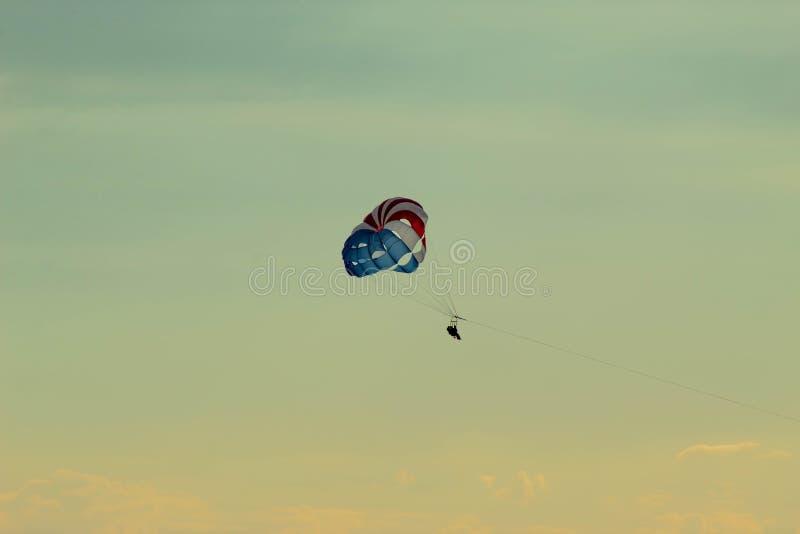 Fallschirmspringen über den Ozean in Kalifornien lizenzfreie stockfotos