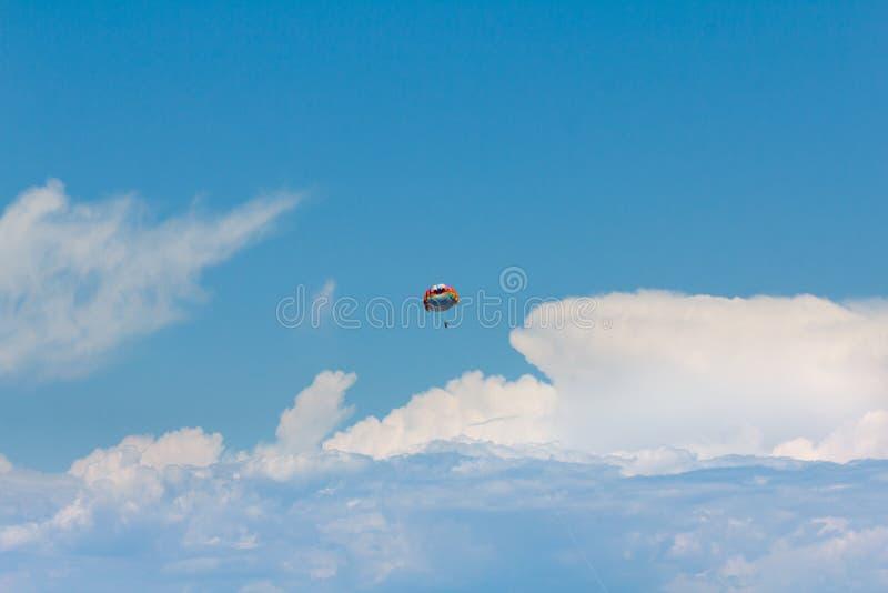 Fallschirmspringen über ein Meer, schleppend durch Boot lizenzfreie stockfotos