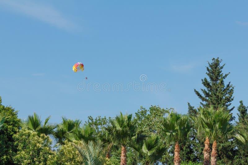 Fallschirmspringen über ein Meer, schleppend durch Boot lizenzfreies stockfoto