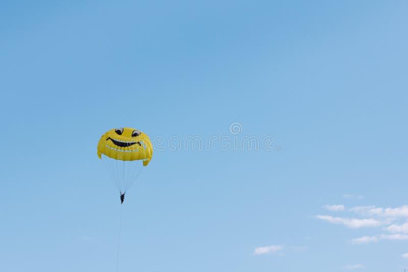 Fallschirmspringen über ein Meer, schleppend durch Boot lizenzfreie stockbilder