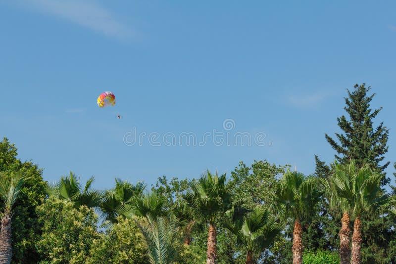 Fallschirmspringen über ein Meer, schleppend durch Boot lizenzfreies stockbild