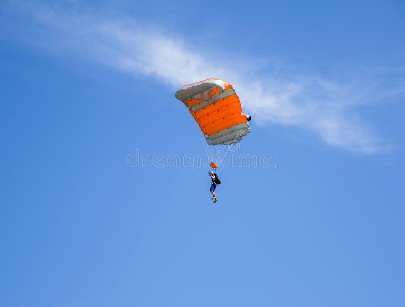 Fallschirmspringen an Aeromania-Show stockbilder