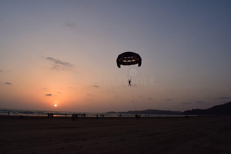 Fallschirmspringen auf Strand stockfoto