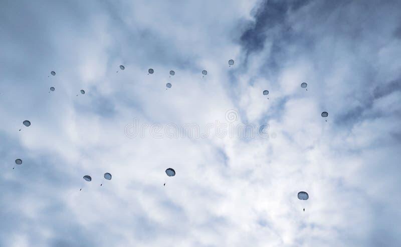 Fallschirmspringen, der Auftrag vom militärischenspeziellen stockfotografie