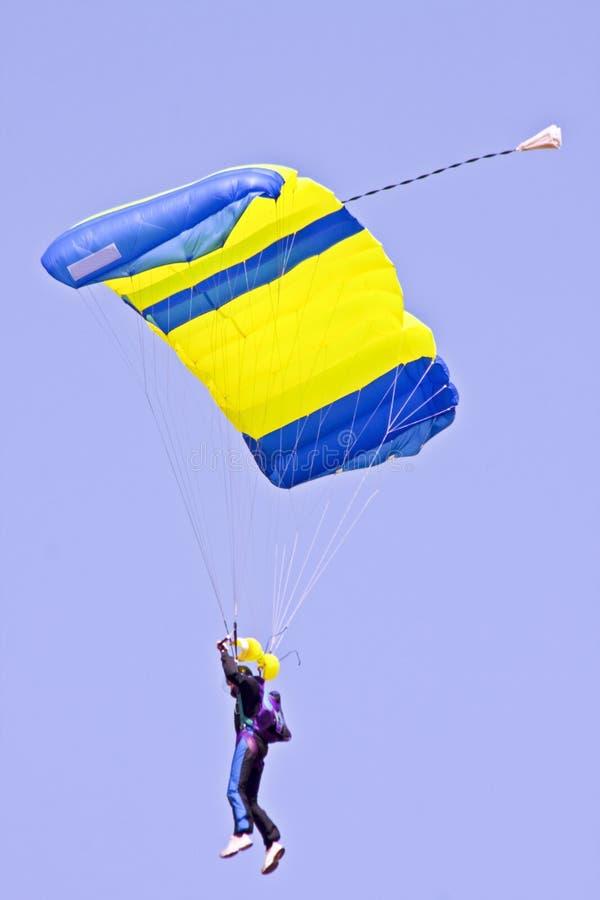 Fallschirmspringen gegen einen blauen Himmel lizenzfreies stockfoto