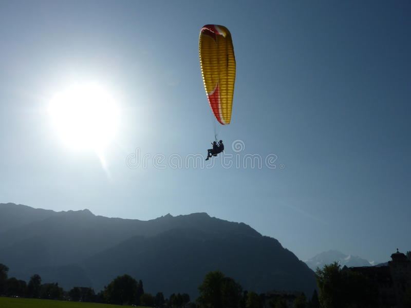 Fallschirmspringen in Interlaken, die Schweiz lizenzfreie stockbilder