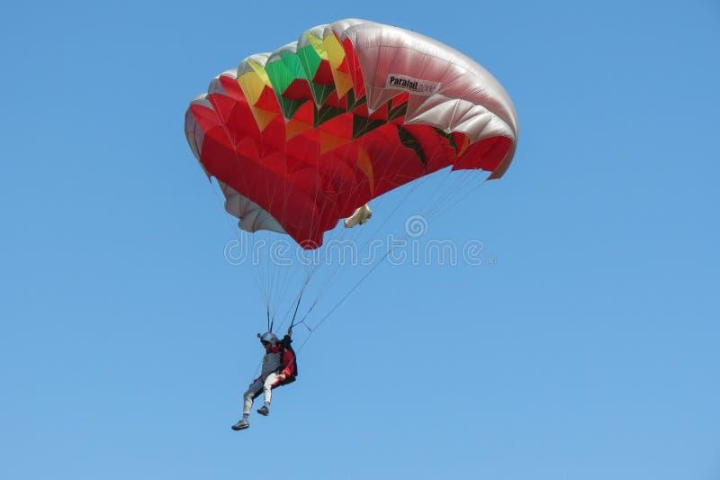 Fallschirmspringen nahe dem Stadtzentrum in Coimbra stockfotografie