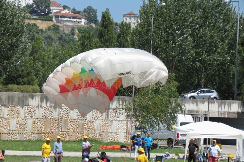 Fallschirmspringen nahe dem Stadtzentrum in Coimbra lizenzfreie stockbilder