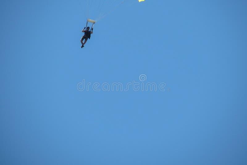 Fallschirmspringen nahe dem Stadtzentrum in Coimbra stockbild