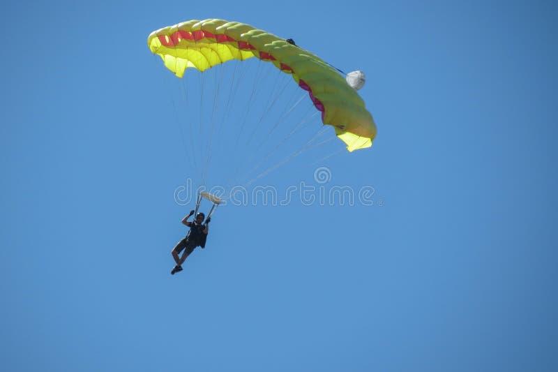 Fallschirmspringen nahe dem Stadtzentrum in Coimbra lizenzfreie stockfotografie