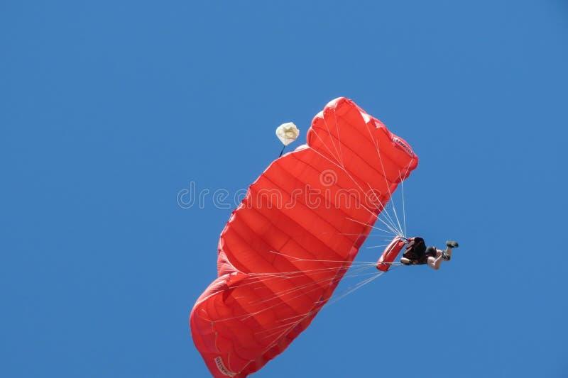 Fallschirmspringen nahe dem Stadtzentrum in Coimbra stockbilder