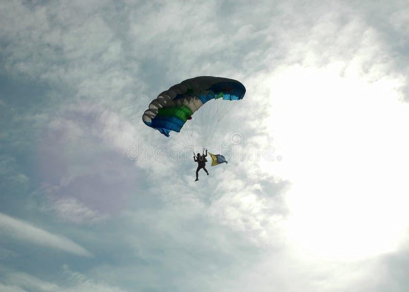 Fallschirmspringen - rückseitiges beleuchtet lizenzfreie stockfotos