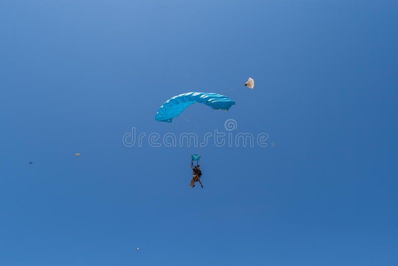Fallschirmspringen-Tandem-Tropen lizenzfreies stockfoto