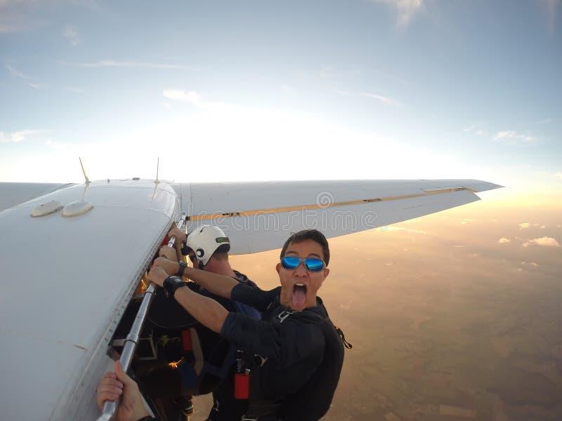 Fallschirmspringer, der den Spaß im Flugzeug hängt hat lizenzfreies stockfoto