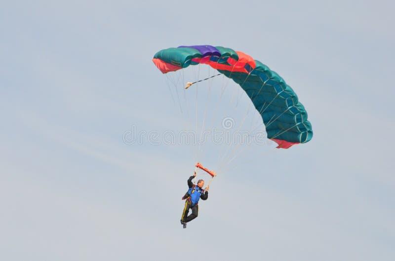 Fallschirmspringer, der Spaß während des Tagesfluges hat stockfotos