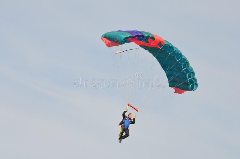 Fallschirmspringer, der Spaß während des Tagesfluges hat lizenzfreie stockbilder