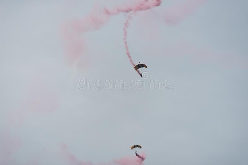 Fallschirmspringer im Himmel an einem bewölkten Tag stockfotografie