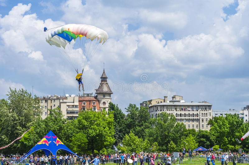 Fallschirmspringerlandung in der Stadt lizenzfreie stockbilder
