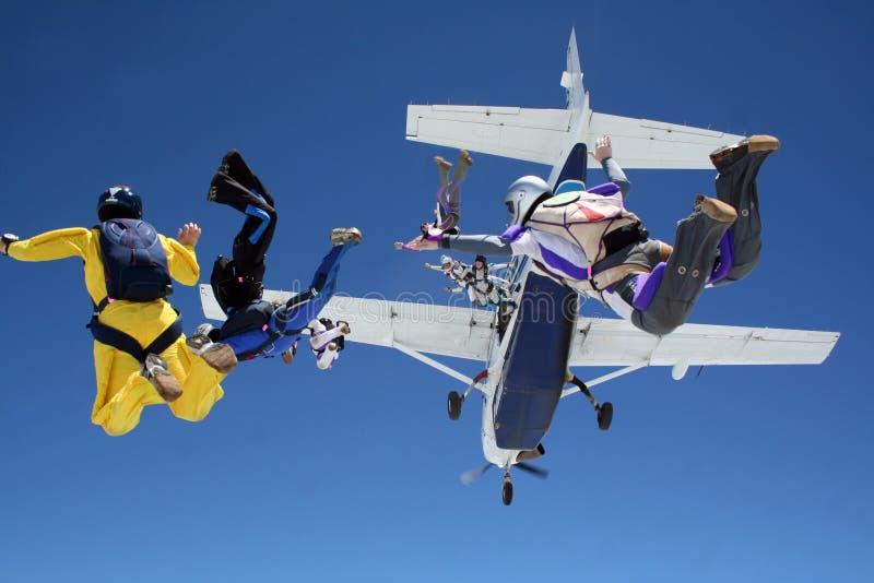 Fallskärmshoppare hoppar från nivån royaltyfri fotografi