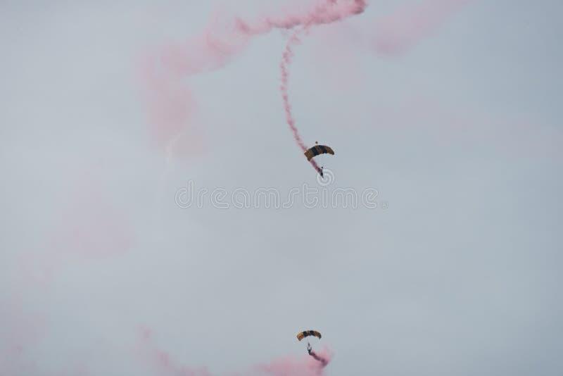 Fallskärmshoppare i himlen på en molnig dag arkivbild