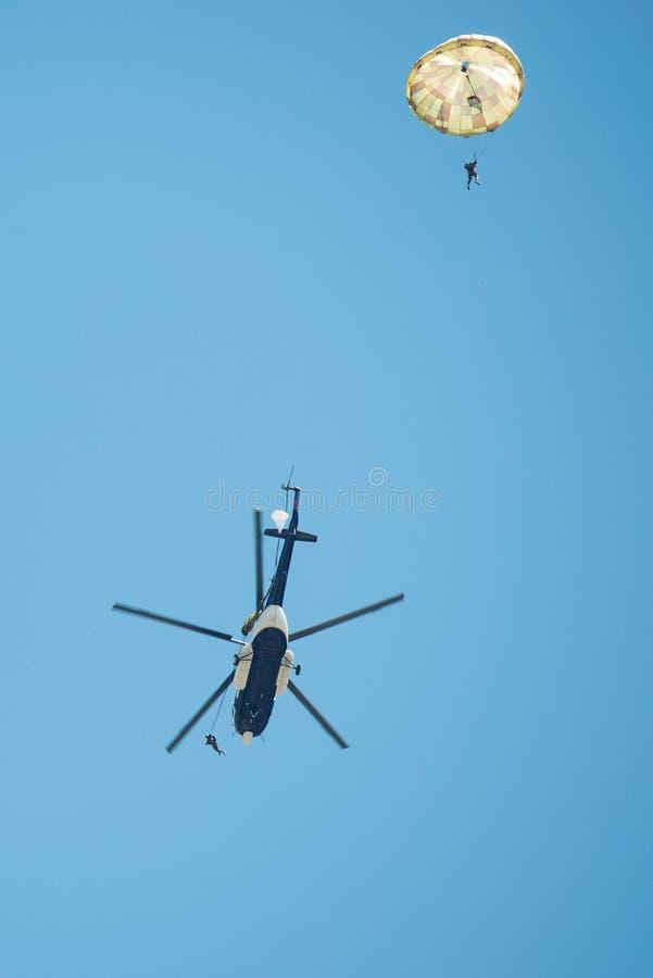 Fallskärmsjägare hoppar ut ur helikoptern Mil Mi-17, Senec, Slovakien royaltyfri fotografi
