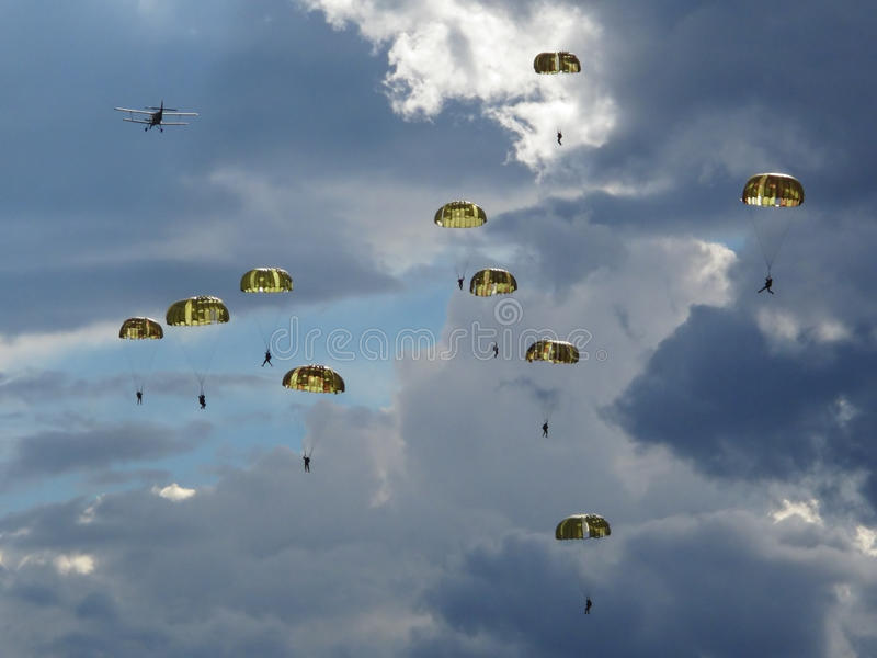 Fallskärmsjägare och dramatisk sky fotografering för bildbyråer