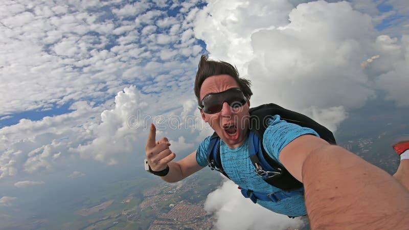 Fallsk?rmshoppare som g?r en selfie i en underbar himmel royaltyfri bild