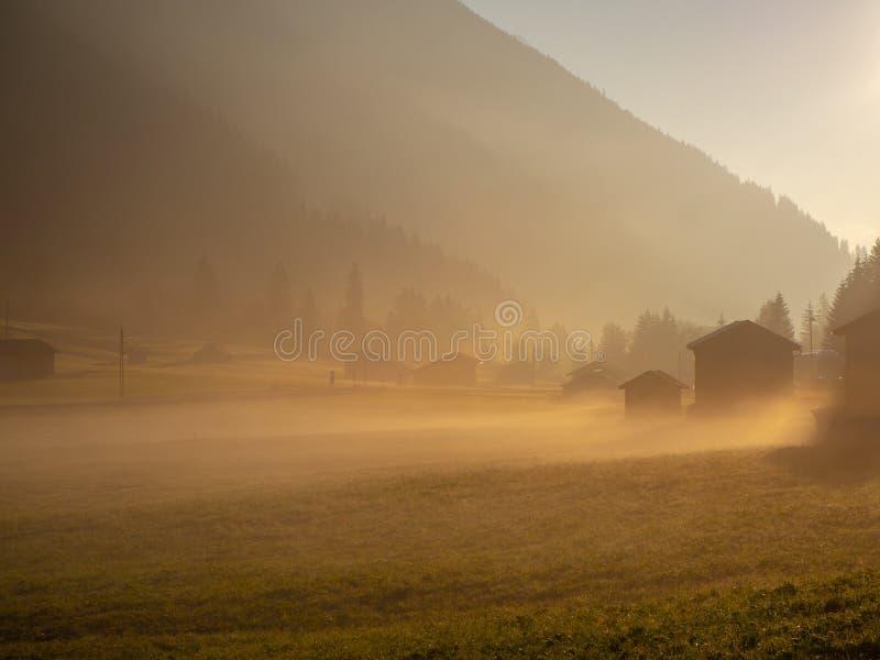 Fallsonnenaufgang auf den Alpen mit Feuchtigkeit in der Luft stockfotos