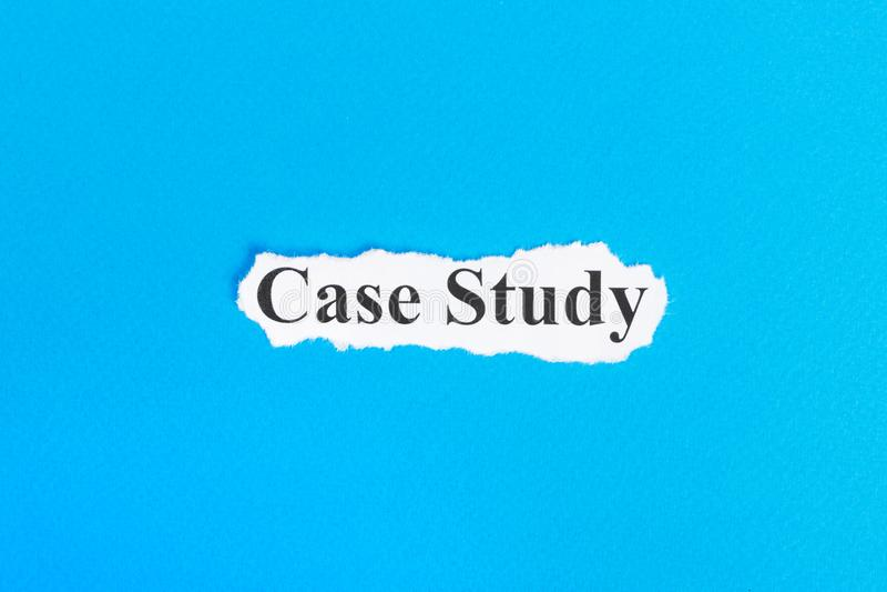 Fallstudietext auf Papier Wort-Fallstudie auf heftigem Papier Figürchen, die auf dem Recht und dem Rest auf einem lizenzfreie stockbilder