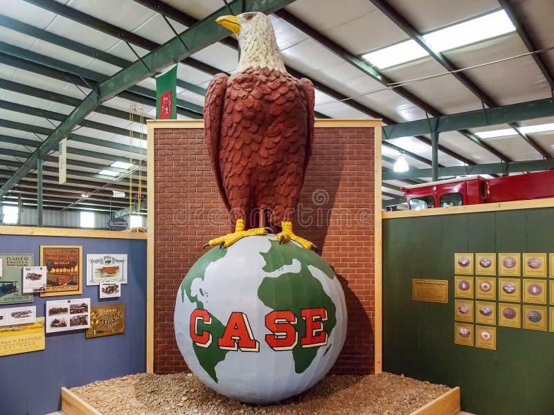 Falltraktor skalliga Eagle Sculpture royaltyfri fotografi