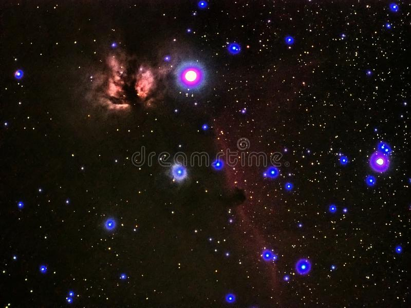 Falme de la constelación de Orión de las estrellas del cielo nocturno y horas de nebulosa principal observando imágenes de archivo libres de regalías