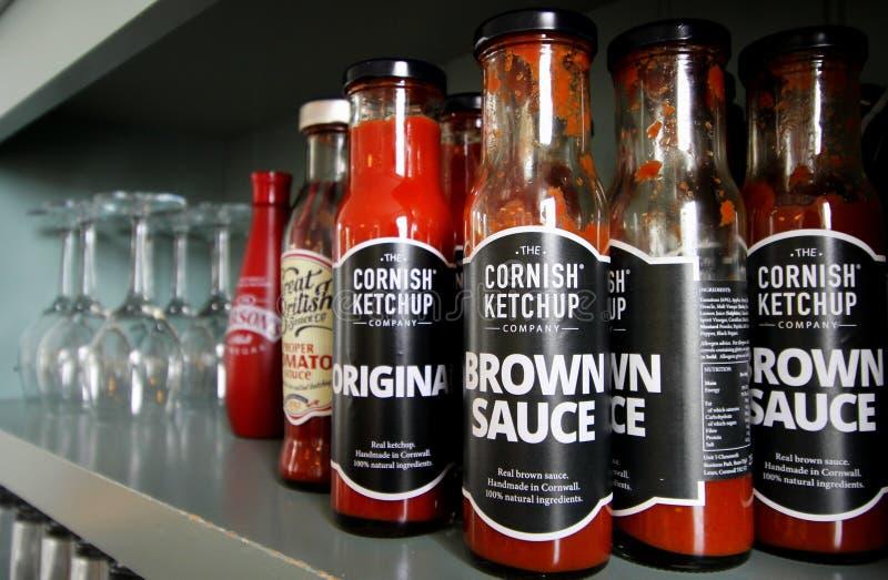 Falmouth Cornwall, UK - April 12 2018: Ett val av ketchupar royaltyfria foton