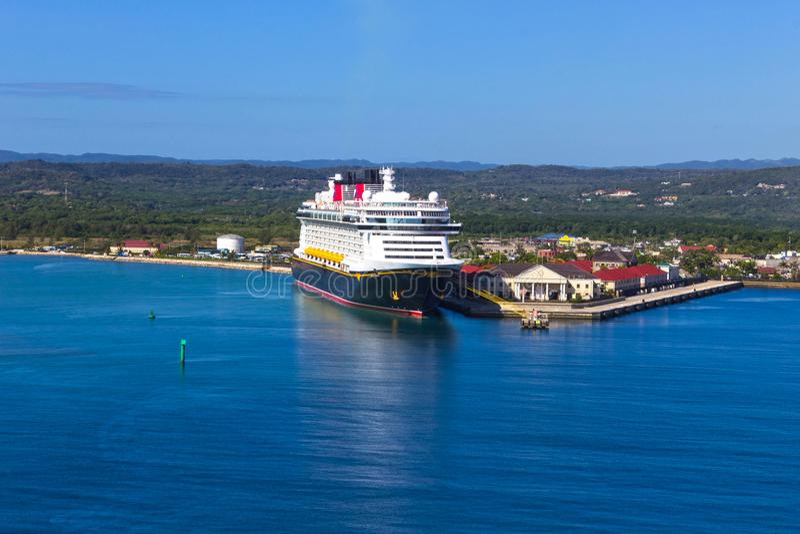 Falmouth, Jamaïque - 2 mai 2018 : L'imagination de Disney de bateau de croisière par la ligne de croisière de Disney s'est accoup photographie stock