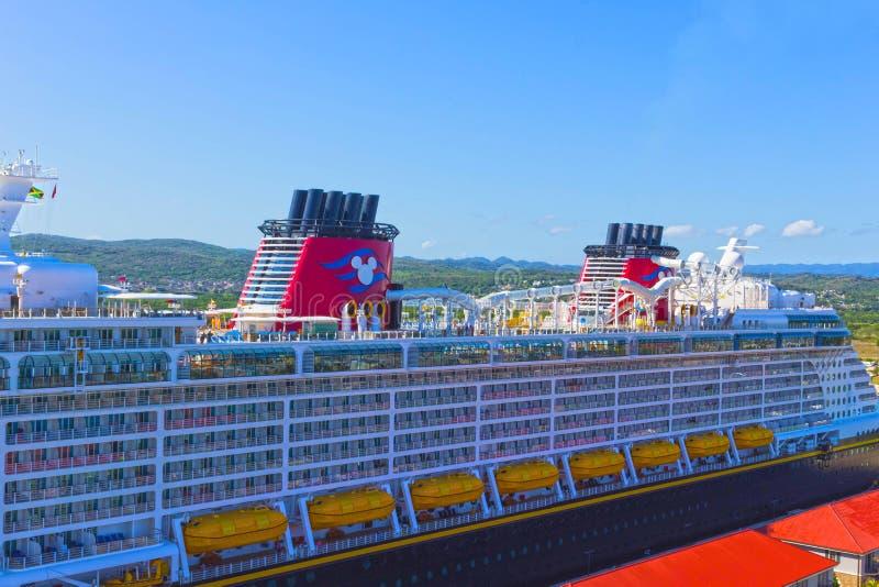 Falmouth, Jamaïque - 2 mai 2018 : L'imagination de Disney de bateau de croisière par la ligne de croisière de Disney s'est accoup photo libre de droits