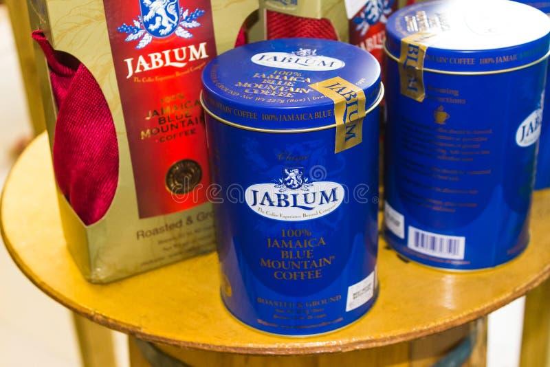 Falmouth Jamaica - Maj 02, 2018: Blå bergkaffeprodukt av Jamaica fotografering för bildbyråer