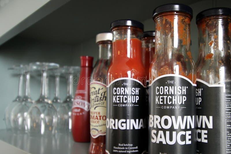 Falmouth, les Cornouailles, R-U - 12 avril 2018 : Une sélection des ketchups images libres de droits