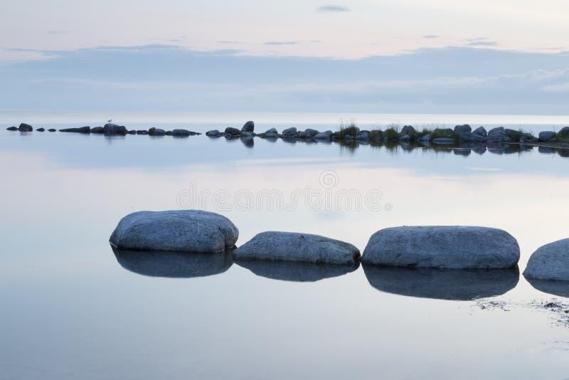 Falochron skały w Spokojnym morzu obraz stock