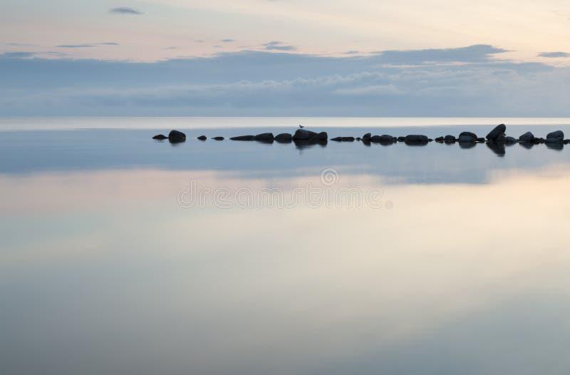 Falochron skały w Spokojnym morzu zdjęcie royalty free