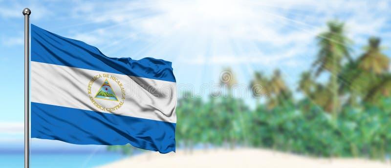 Falowania Nikaragua flaga w pogodnym niebieskim niebie z lato plaży tłem Urlopowy temat, wakacyjny poj?cie zdjęcia stock
