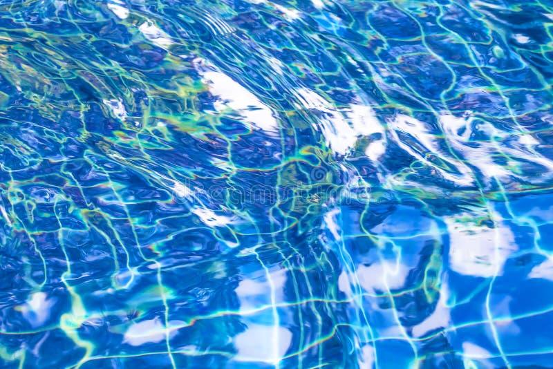 Falowanie błękitne wody powierzchnia błękit jasna świeża woda w jacuzzi obrazy stock