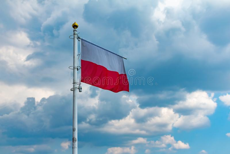 Falowanie flaga państowowa Polska na flagpole, krajowi kolory Polska zdjęcie royalty free