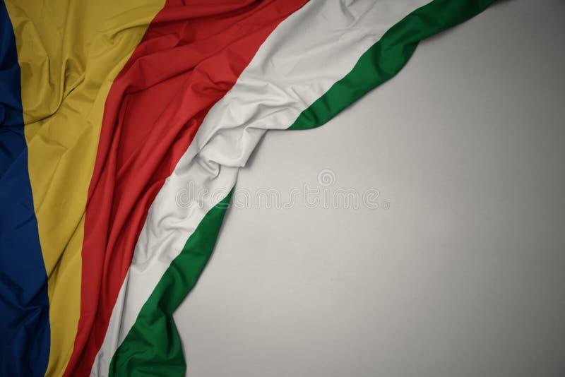 Falowanie flaga państowowa Seychelles na szarym tle fotografia stock