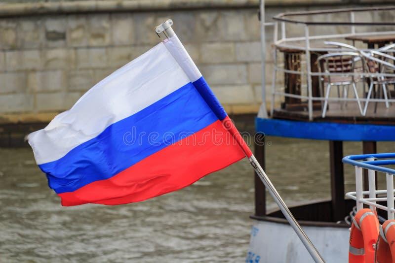 Falowanie rosjanina flaga na flagpole przy srogo przyjemności łodzi zbliżenie na tle Moskva rzeka fotografia royalty free