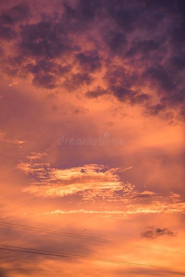 Falowej chmury ciemny kolorowy w zmierzchu zdjęcia stock