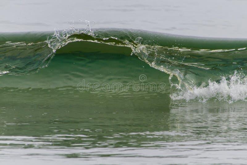 Falowy łamanie na wodołaz linii brzegowej obraz stock