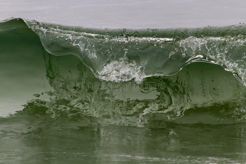 Falowy łamanie wzdłuż wodołaz linii brzegowej zdjęcie stock