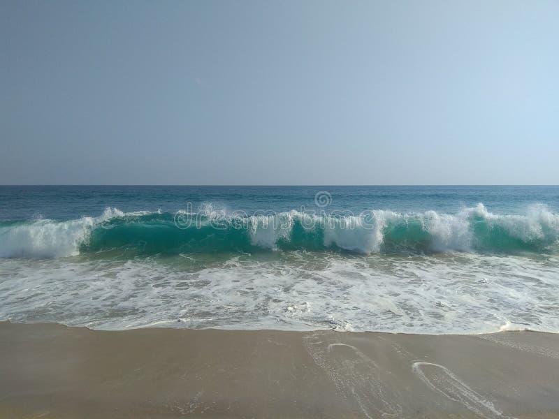 Falowy błękitny ocean obraz stock