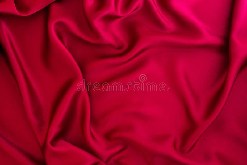 Falowy czerwony jedwabiu lub atłasu tkaniny tło obraz royalty free